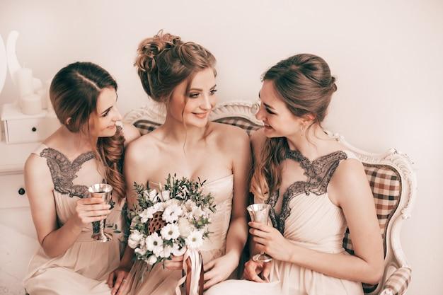 Portrait d'amis heureux avant la cérémonie de mariage. jours fériés et événements