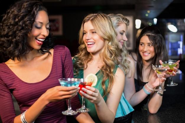Portrait d'amis prenant un verre