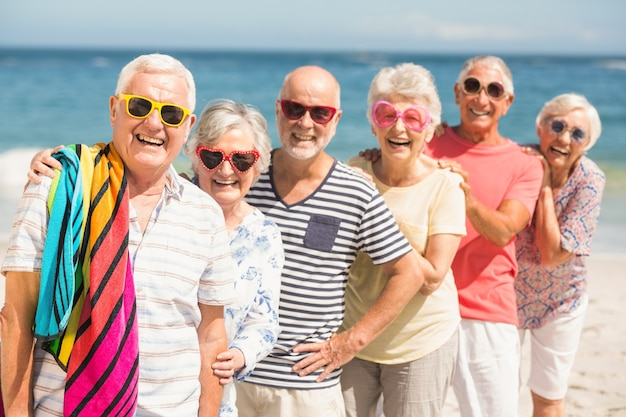 Portrait d'amis seniors à la plage
