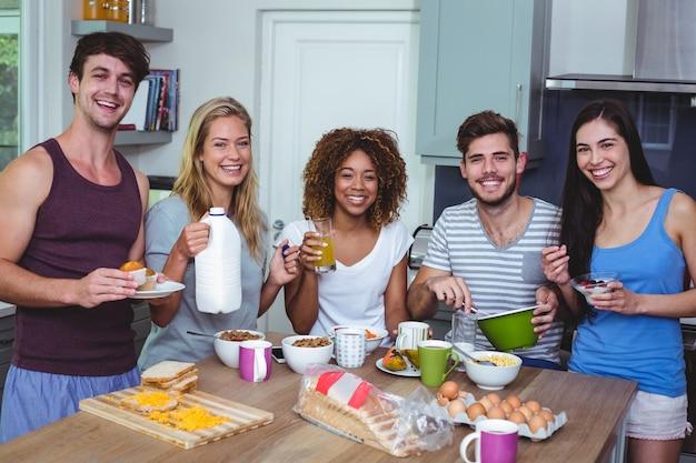 Portrait d'amis souriants avec de la nourriture