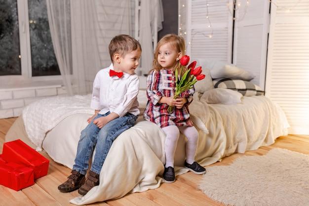 Portrait d'amitié et d'amour d'un garçon souriant et d'un véritable amour de fille mignonne