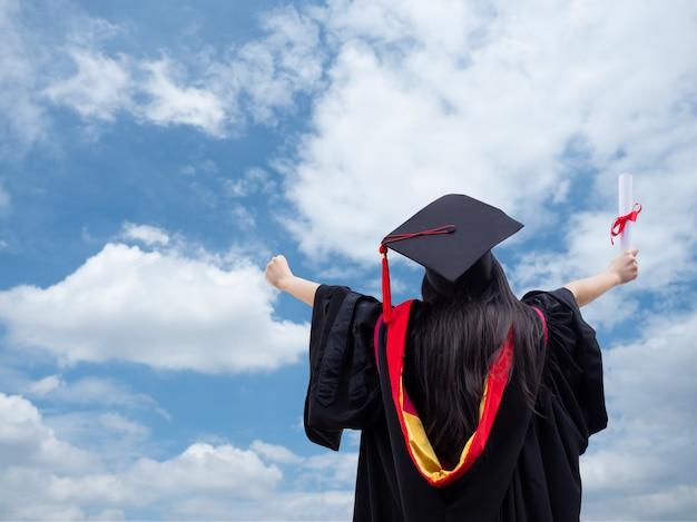 Portrait arrière de fille heureuse le jour de la remise des diplômes.