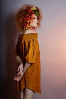 Portrait d'art de l'automne des femmes dans les cheveux, maquillage vif