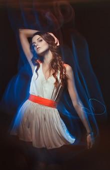 Portrait d'art de couleur floue de femme