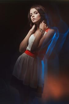 Portrait d'art de couleur floue d'une fille sur un sombre