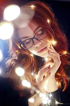 Portrait d'art d'une femme aux cheveux rouges en lumières