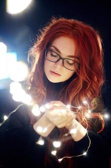 Portrait d'art d'une femme aux cheveux rouges