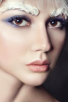 Portrait d'art fille beauté, cils et maquillage