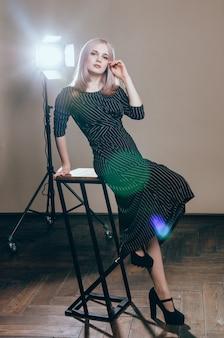 Portrait d'art de mode d'une belle jeune femme à la lumière clignote
