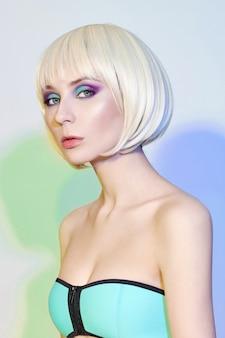 Portrait d'art de mode d'une femme en maillot de bain