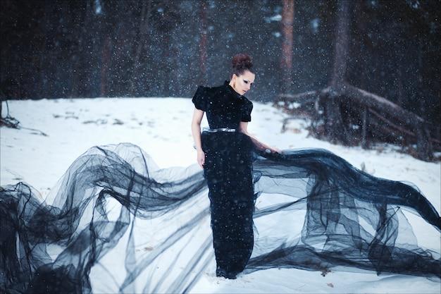 Portrait d'art mystérieux de la belle brune en robe longue noire à la mode