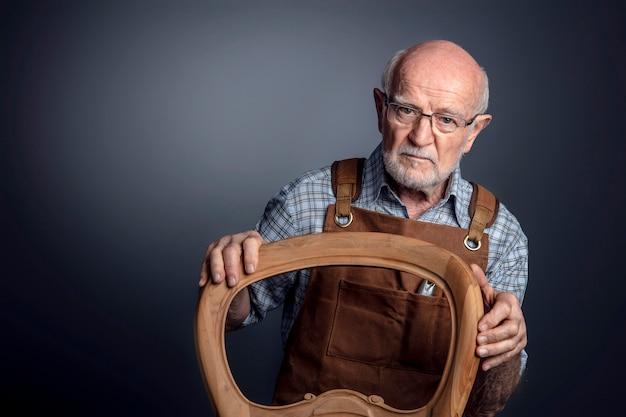 Portrait d'artisan caucasien senior