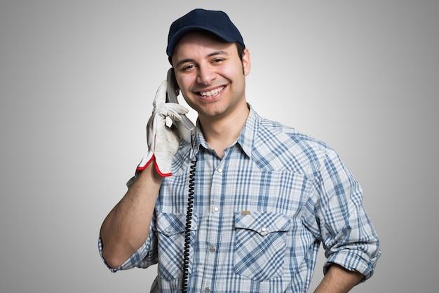 Portrait d'un artisan parlant au téléphone