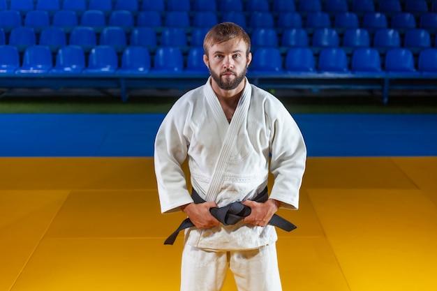 Portrait d'artiste martial en kimono blanc avec ceinture noire intérieure
