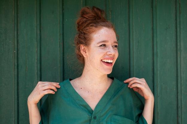 Portrait artistique de femme rousse souriante