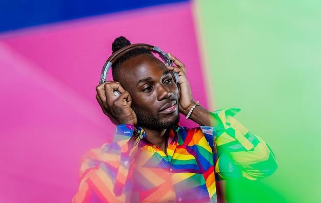 Portrait artistique avec lumières gel. bel homme posant sur des fonds colorés