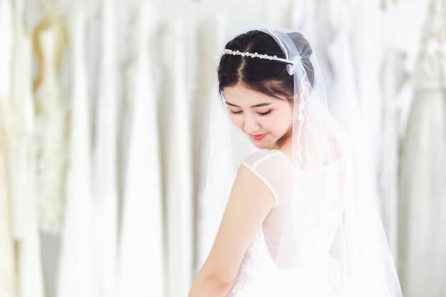 Portrait asiatique de jolie dame souriante heureuse porter une robe de mariée