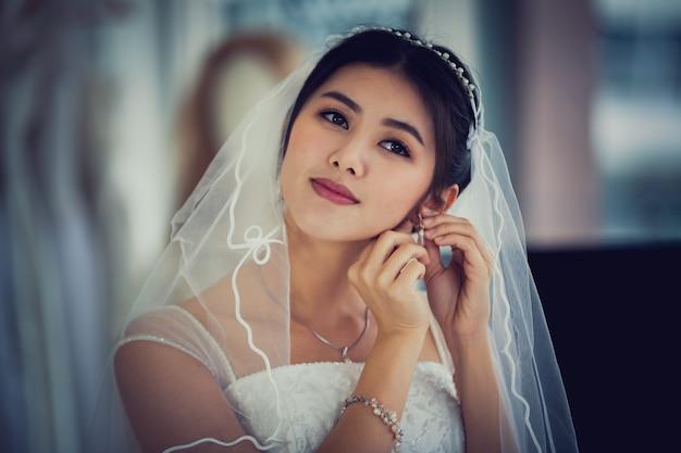 Portrait asiatique de jolie dame souriante heureuse robe de mariée