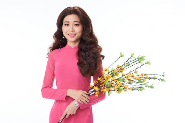 Portrait, de, asiatique, position femme, à, fleurs, contre, blanc