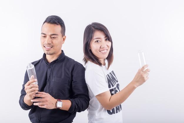 Portrait de asiatiques heureux beau jeune homme habillage en t-shirt noir