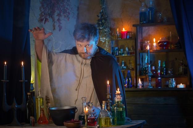 Portrait d'assistant avec des bougies allumées et des potions magiques