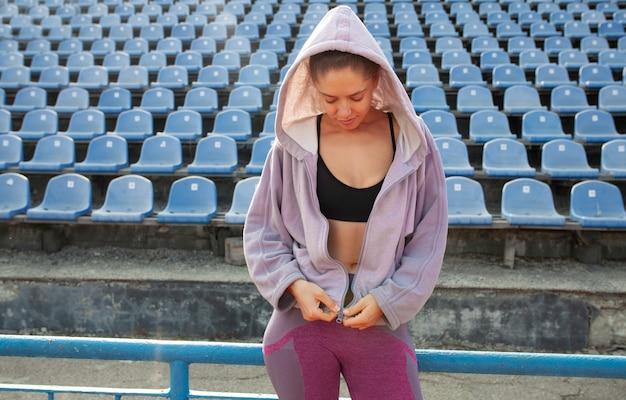 Portrait d'un athlète de belle fille caucasienne dans la course du matin