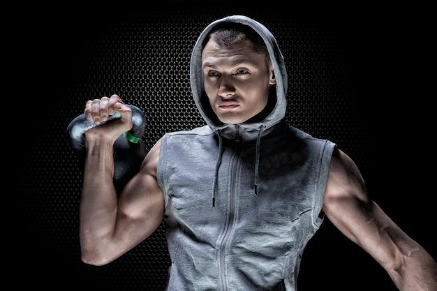 Portrait d'un athlète soulevant un poids.