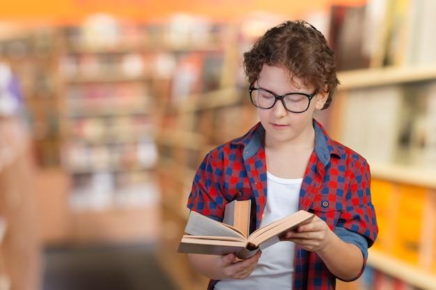 Portrait d'attrayant jeune petit écolier gai