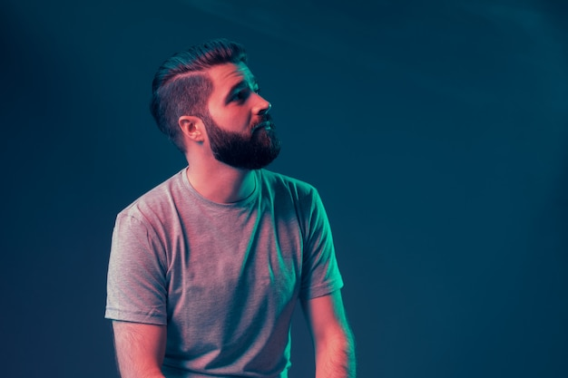 Portrait au néon d'un jeune homme séduisant