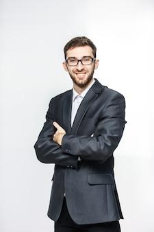 Portrait d'un avocat réussi dans un costume d'affaires sur un fond blanc