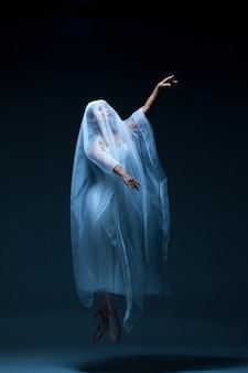 Portrait de la ballerine sur fond bleu
