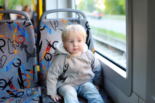 Portrait, de, bambin, garçon, dans, train, ou, tram