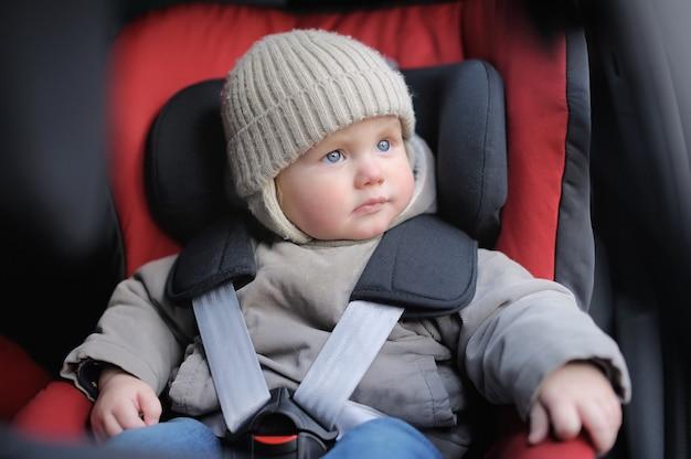 Portrait, de, bambin, garçon, s'asseoir siège auto