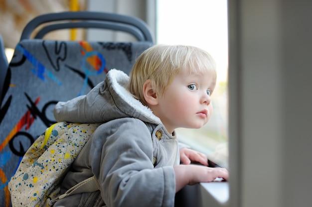 Portrait, de, bambin, regarder dehors, train, ou, tram, fenêtre