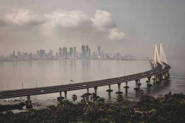 Portrait de bandra worli sealink à mumbai enveloppé de brouillard