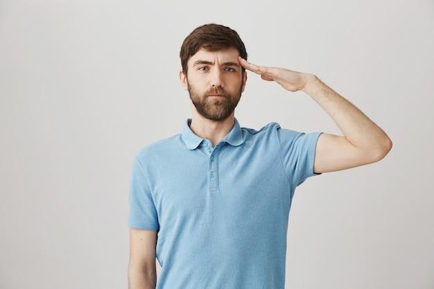 Portrait barbu d'un jeune homme avec tshirt bleu
