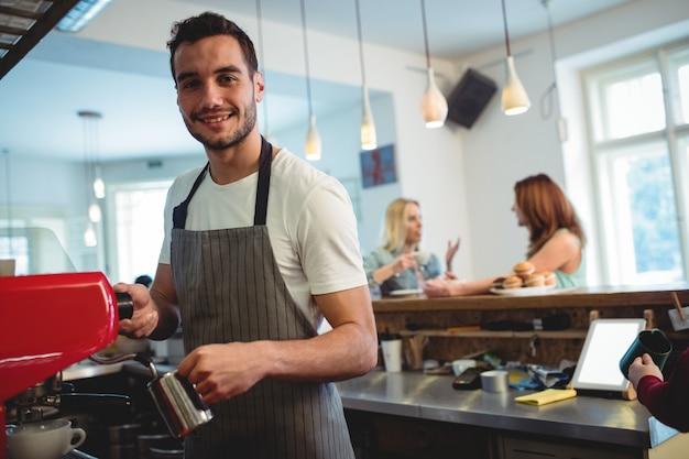 Portrait de barista heureux au café