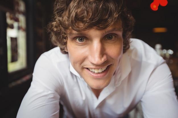 Portrait de barman souriant à la caméra