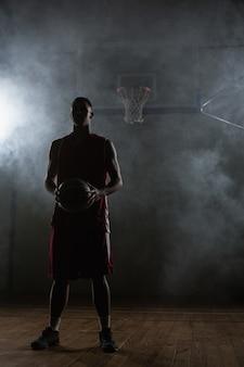 Portrait, basket-ball, joueur, tenue, balle, sien, mains