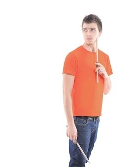 Portrait d'un batteur musicien avec baguettes. isolé sur fond de photo blanc