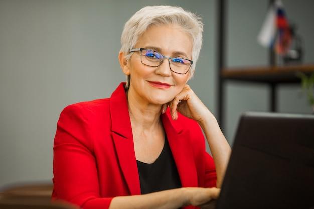Portrait, beau, adulte, femme, complet, ordinateur portable