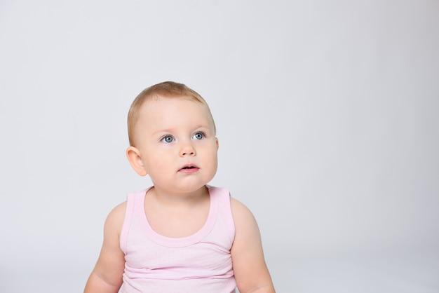 Portrait d'un beau bébé heureux sur fond blanc
