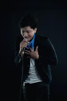 Portrait de beau chanteur attrayant