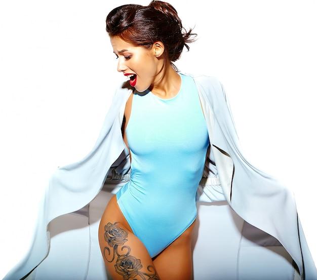 Portrait, de, beau, chaud, sexy, brunette, femme, mauvaise fille, dans, désinvolte, été, bleu, corps, lingerie, blanc, fond