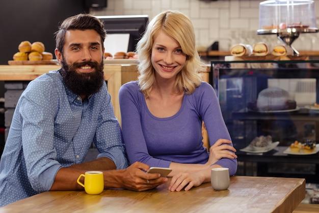Portrait d'un beau couple à l'aide d'un smartphone