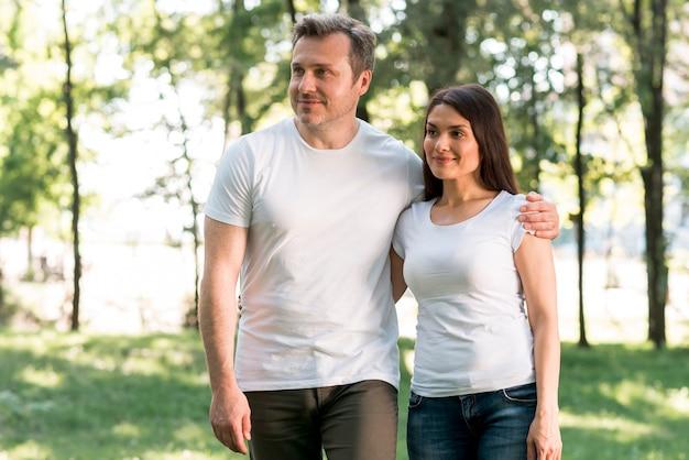 Portrait de beau couple d'amoureux debout dans le jardin