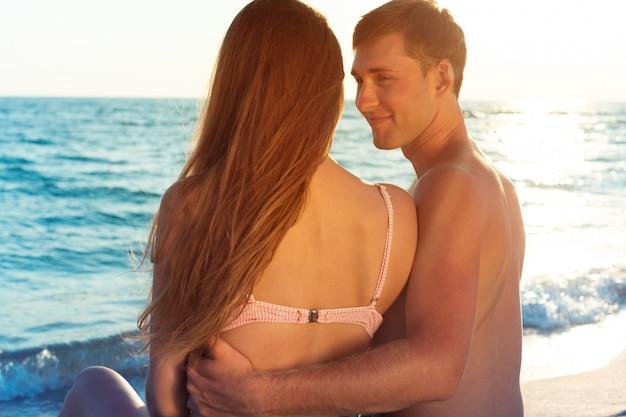 Portrait d'un beau couple d'amoureux s'amusant à la plage