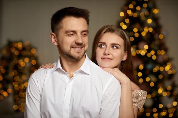 Portrait de beau couple célébrant noël ensemble