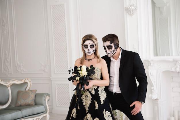 Portrait d'un beau couple en costumes médiévaux avec vampire