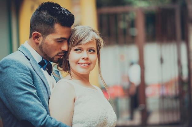 Portrait d'un beau couple juste marié souriant et étreignant.